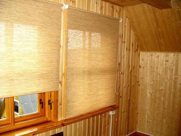 Рулонные шторы из соломки в деревянном доме. Экология 100 процентов.