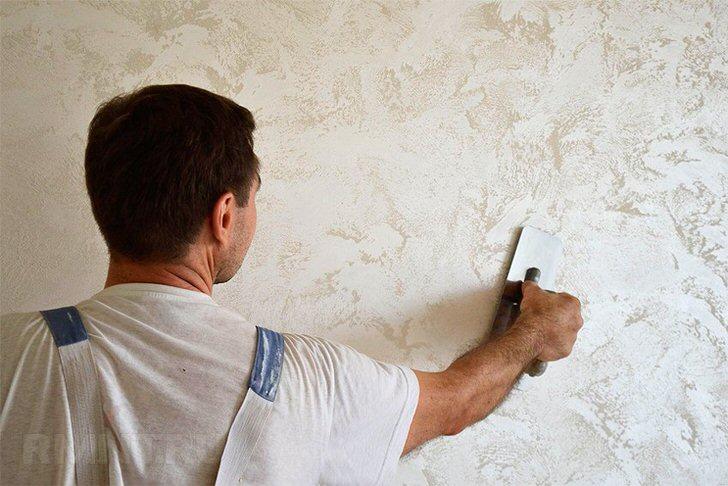 На стены венецианская штукатурка наносится тонкими слоями (не менее трёх). Каждый слой наносится мазками в хаотичном порядке.