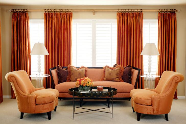 Пример идеального сочетания полупрозрачных римских штор и тяжёлых гобеленовых штор под цвет интерьера гостиной и мебели.