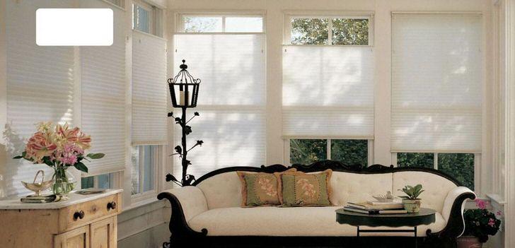 Современные однотонные, воздушные шторы-плиссе не перегружают изысканную атмосферу гостиной старинного загородного дома.