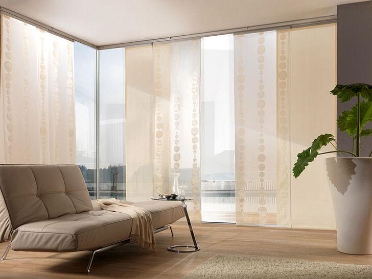 Японские шторы как и образ жизни самураев предполагает выверенную простоту, минимализм и лаконичность в интерьере гостиной.