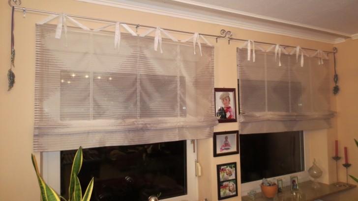 Удивительная простота и лёгкость исполнения римских штор из лёгкой ткани гармонично сочетаются с интерьером гостиной.