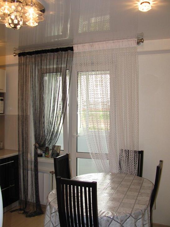 Оригинальные шторы в классическом сочетании цветов чёрное и белое в интерьере кухни средних размеров.