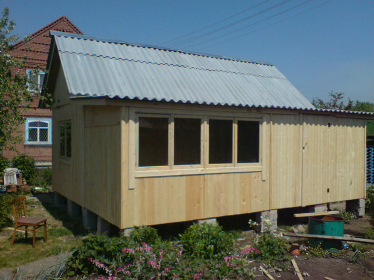Вполне приличный щитовой дом 6 на 4 метра с закрытой верандой.