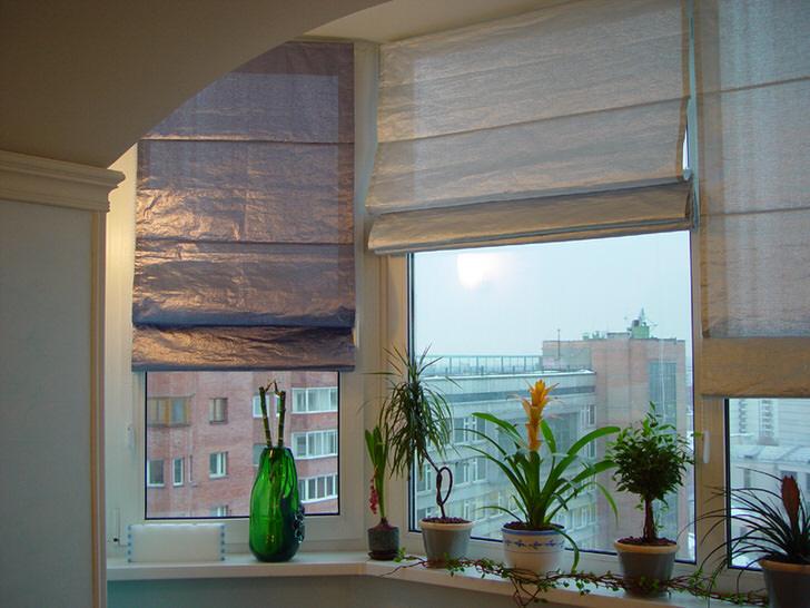 Современный вариант римских штор на кухне многоэтажки.