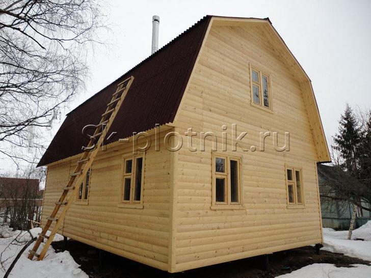 Дом из бруса с мансардой. Построив дом из брёвен или бруса необходимо будет дать ему отстояться для усадки от 6 месяцев до года и только затем начинать отделку.