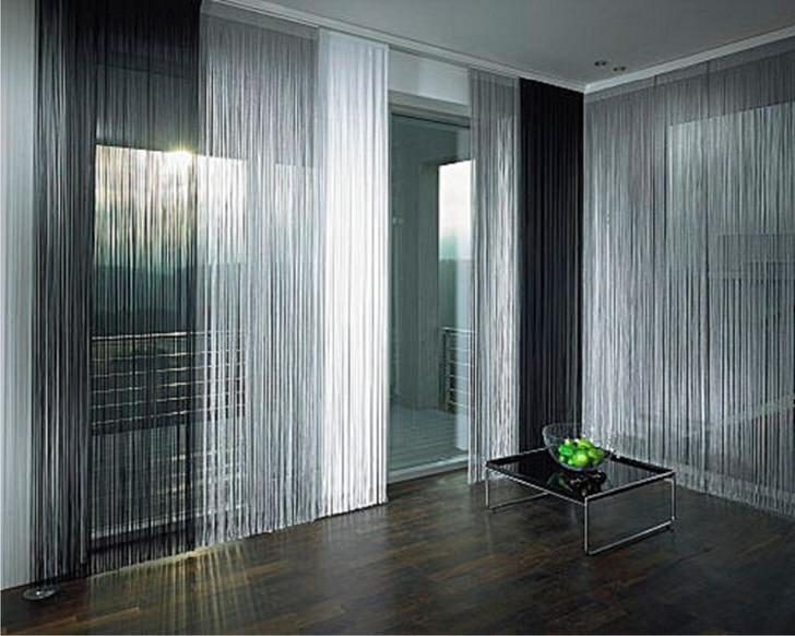 Классический вариант оформления гостиной в стиле хай-тек струящимися нитями серебра и чёрного отлива чугуна.