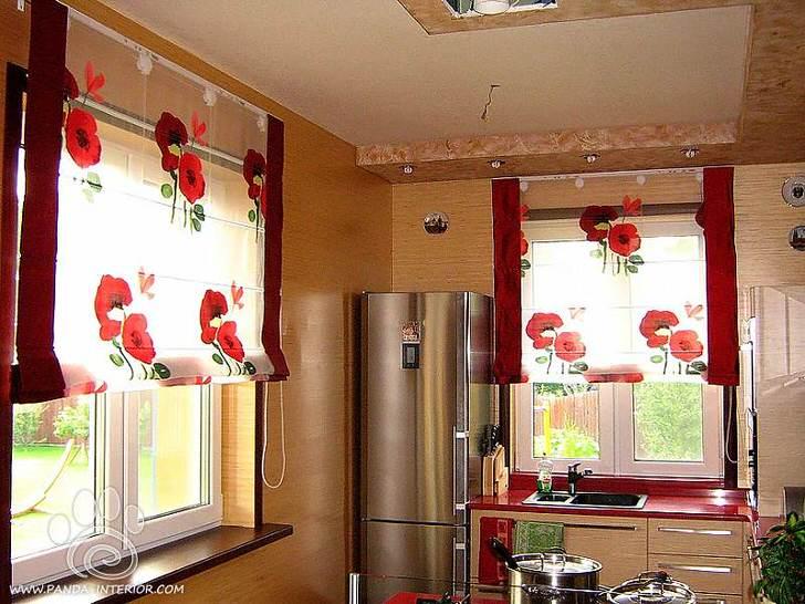 Весёленькая кухня с полупрозрачными шторами с яркими красными цветами.