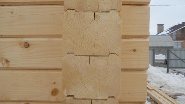 Для строительства домов из профилированного бруса подходят только хвойные породы дерева, лучший вариант лиственница, бюджетный и распространенный сосна. Дома из клееного бруса обойдутся на 40 процентов дороже чем массива сосны.