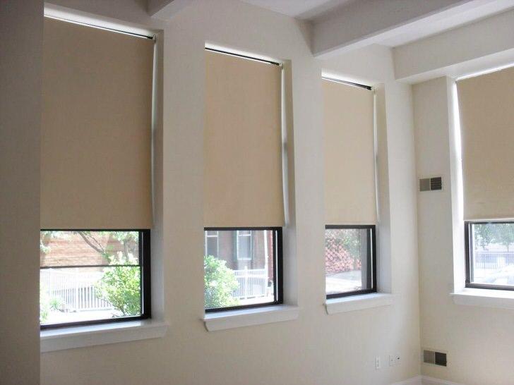 Вариант рулонных штор из трёхслойной ткани блекаут светло-бежевых тонов создадут уют в помещении и защитят от яркого света ночных фонарей.