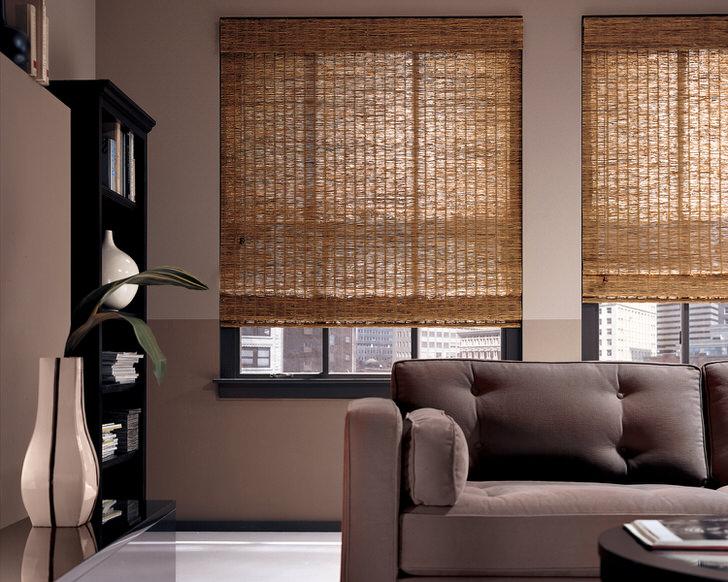 Подъёмные шторы из бамбука - нестандартный вариант оформления интерьера современной просторной гостиной или офиса.