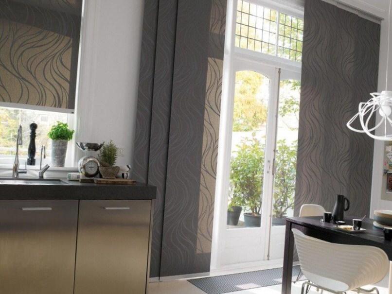 В тёплых странах японские шторы применяются как часть стены в интерьере помещения.