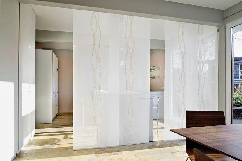 Просторное помещение японская штора делит на зоны: отдыха, рабочую, кухонную. Всё простое гениально.