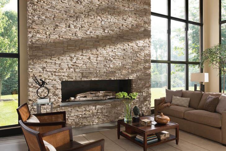 Респектабельность просторному холлу придает отделка камина декоративным кавказским камнем.