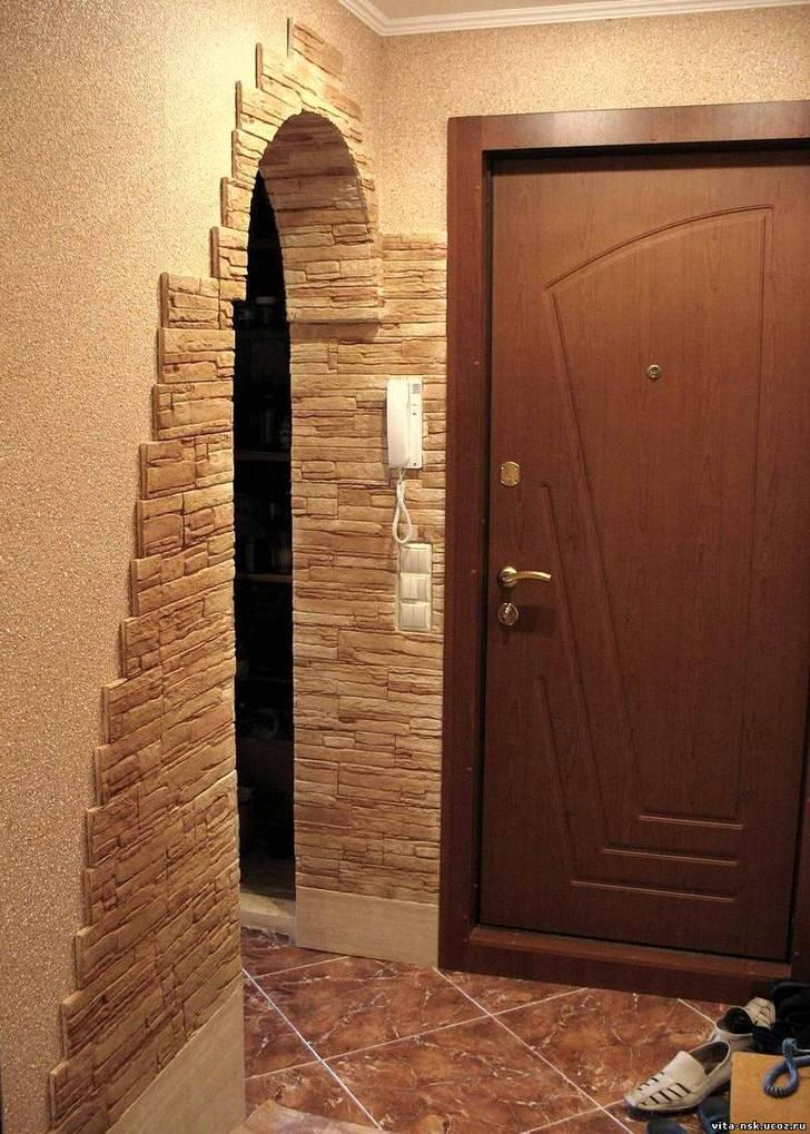 Идеальный вариант отделки стен прихожей декоративной штукатуркой тёплых тонов и искусственным камнем.
