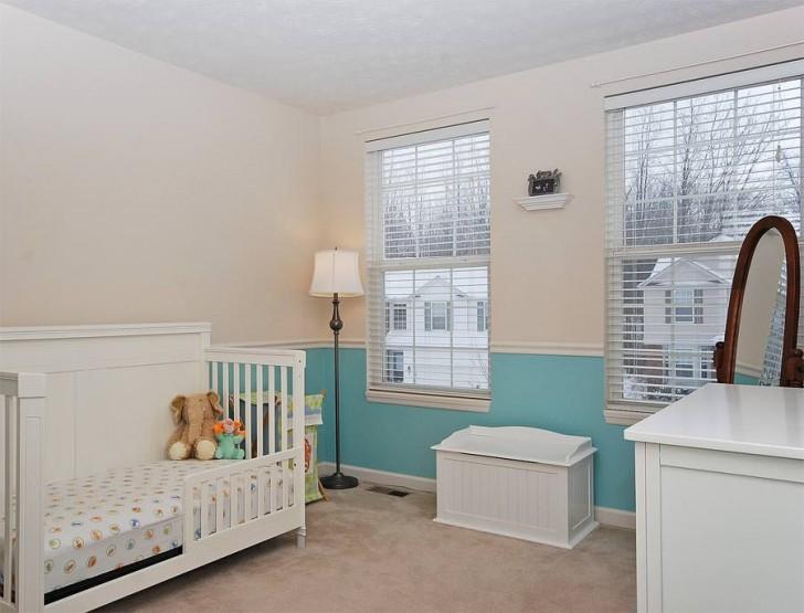 Декор детской комнаты молдингом разделяющим цвета стены на белый и бирюзовый лаконично подчёркнуты горизонтальными вставками багета.