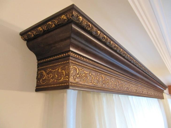 Для просторной гостиной в классическом стиле гармонично смотрятся гардины из массивного позолочённого багета под эбоновое дерево. Такие гардины можно заказать в багетной мастерской.