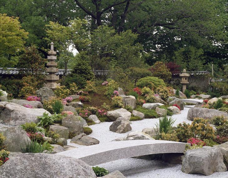 В Японском рокарии преобладают натуральные камни, каменные реки и мостики. Кустарники и неяркие растения только дополняют природную красоту каменного безмолвия.