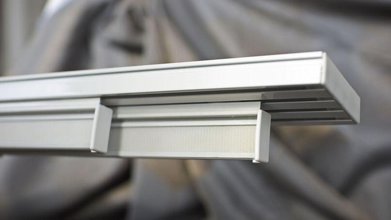 Раздвижная часть конструкции снабжена обычной липучкой.