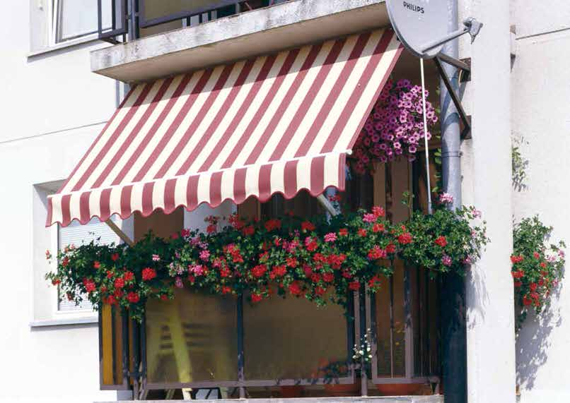Стационарные фасадные маркизы для маленьких балконов. Такое чудо возможно на берегу тёплого моря. Хозяйке за цветы отлично, яркий пример для подражения.