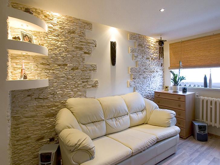 Искусственный камень в гостиной