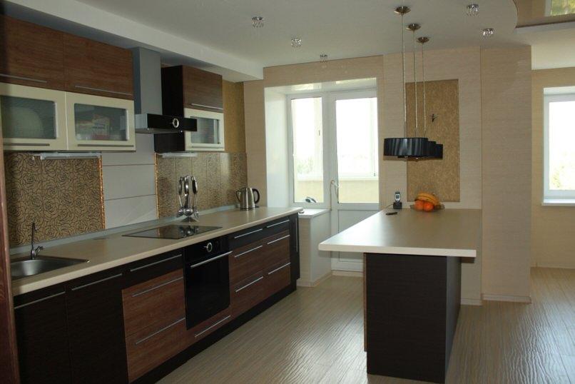 В неприлично просторной кухне длинная барная стойка делит помещение на две части столовая и рабочая.