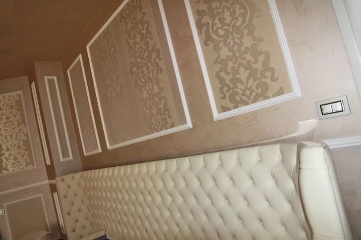 Использование такого дизайнерского решения - богатые обои в обрамлении интерьерного багета или молдинга подчёркивает классический стиль гостиной. Главное соблюсти симметрию и золотую середину пропорций.