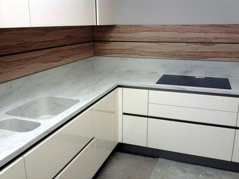 """Столешница из искусственного камня с интегрированной или """"литой"""" мойкой. Использование столешниц в оформлении кухни используются для оформлении интерьера в стиле хай-тек и минимализм."""